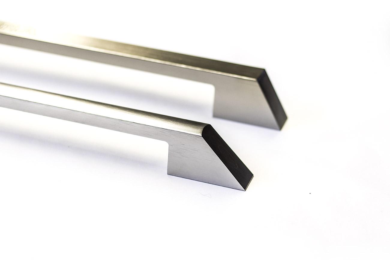 Maniglia in alluminio satinato ricavata dal pieno